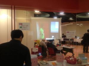 受付の外からステージ動画ライブ投影!